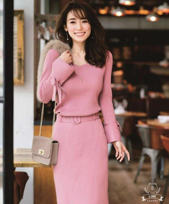 ピンクのニットワンピースの泉里香さん