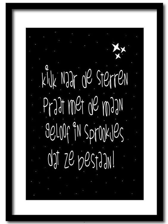 Poster Sprookjes Poster in A4 formaat met zwarte achtergrond en tekst Kijk naar de sterren, praat met de maan. Geloof in sprookjes dat ze bestaan! Lieve poster om te gebruiken als decoratie op de baby kamer & kinderkamer. Ook verkrijgbaar als ansichtkaart.