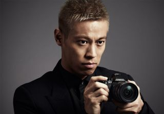 カメラを構える本田圭佑さん