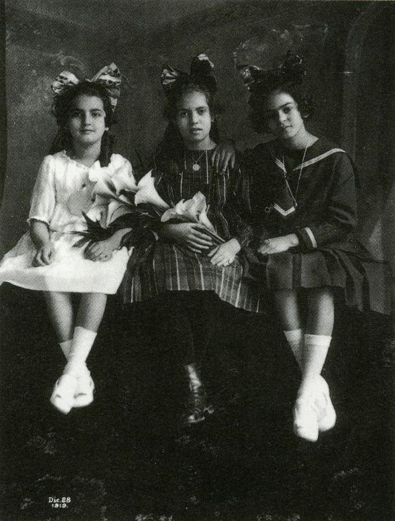 Os retratos raros da Infância de Frida Khalo, capturados por seu pai.  Eternizada em seus icônicos auto-retratos, a artista Frida Kahlo teve sua infância registrada pelo pai, Guillermo Kahlo, em imagens raras que nos ajudam a vislumbrar como era o início da vida desta reverenciada pintora mexicana.