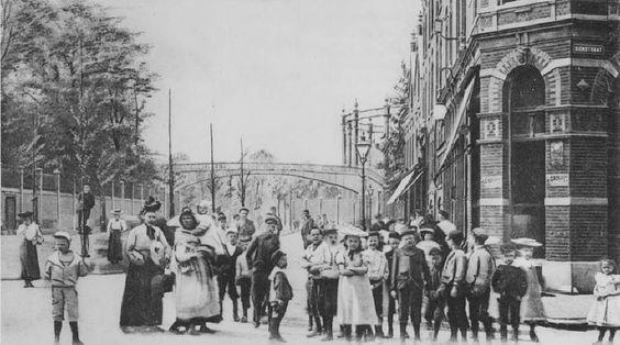 De Lusthofstraat, 1918-1922. De Lusthofstraat ontleent haar naam aan de vroegere buitenplaats Lusthof. Ze lag ten oosten van de Adamshoflaan aan de Beneden-Oostzeedijk en strekte zich uit tot aan de Groene Wetering. Deze grote buitenplaats komt reeds voor in de 18de eeuw.