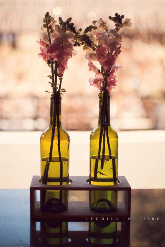 Garrafas de vinho e flores
