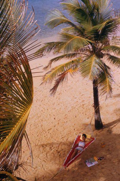 Caribe Hilton Beach. Slim Aarons.: