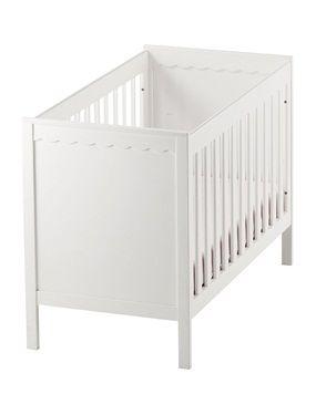 """Klare Linien, verspielte Details - das Babybett """"Fantasie"""" ist ein stilvoller Blickfang! Die höhenverstellbare Bodenplatte schont den Rücken, wenn Sie Ihr Baby ins Bettchen legen.  Gitterbett: Massive Kiefer und MDF, lackiert.Wellenförmige Zierkanten. Breite  65 cm, Länge 125 cm. Höhe der Liegefläche min. 18 cm. Dreifach höhenverstellbare Bodenplatte. Unter dem Gitterbett ist Platz für den Bettkasten (Bettkasten separat erhältlich). Höhe des Kopfteils max. 87 cm. Liegefläche 60 x 120 cm…"""