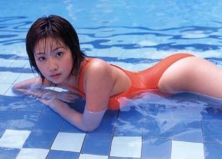 オレンジの水着の木南晴夏