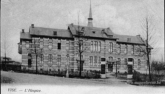 """L'Hospice de la Claire-fontaine Construit en 1898 par l'entrepreneur Pierre Lensen, sur les plans des architectes Rubbers et Henrotte, l'Hospice """"sur la Fontaine"""" recueillit les personnes âgées indigentes. Nombreuses collectes, fêtes, cavalcades permirent de réunir l'argent nécessaire à la construction et à la vie de cette maison tenue au départ par des sœurs de Saint- Augustin. Elle servit d'hôpital pendant les premières journées des combats d'août 1914. Depuis 1977, c'est le Centre Public d'A"""
