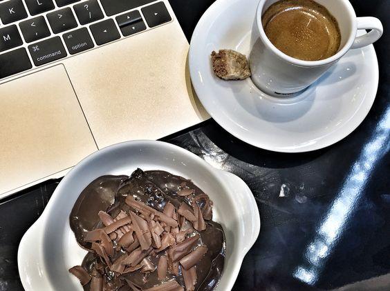Bolo de chocolate do Di Capri Bistrô! Meio já foi suficiente mas é tão bom que eu poderia comer 2! Chocolat cake