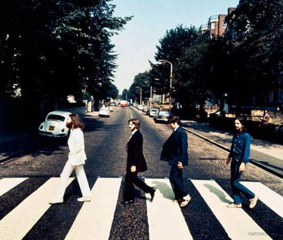 Los Beatles caminando en la dirección opuesta, durante la sesión de fotos para la portada del álbum Abbey Road.