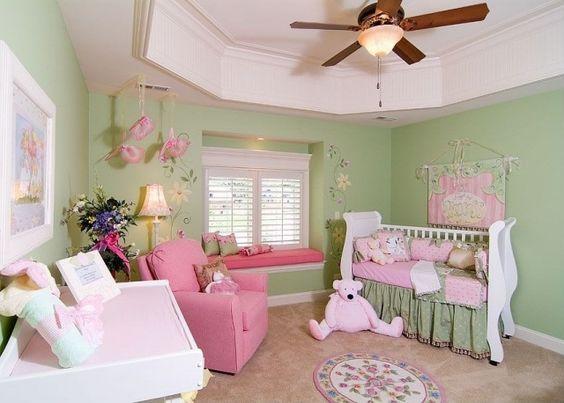kleines babyzimmer ideen mädchen rosa grün fenstersitzbank | baby