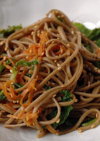 Nouilles soba au chou vert, carotte et graines de sésame .