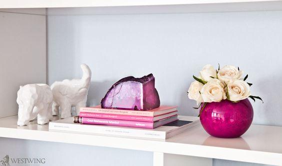 Pretty in pink! Verwenden Sie größere Achate als Buchstützen oder Briefbeschwerer. Cooler Farbeffekt im Bücherregal.