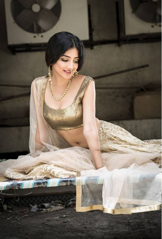 Poonam Kaur Latest Hot Clevage Spicy PhotoShoot Images In Golden Dress