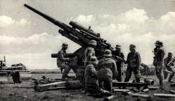 Soldaten der Wehrmacht und eine Flakgeschütz