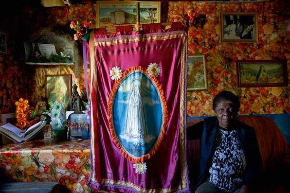 Luzia Maria da Cruz, mestra de #congado - manifestação cultural e religiosa de influência africana -, que mora na cidade de São Bento do Sapucaí, em São Paulo: http://abr.io/5uIv