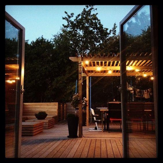 Terrass avdelad med panel riktning, olika rum med fast möblemang ...