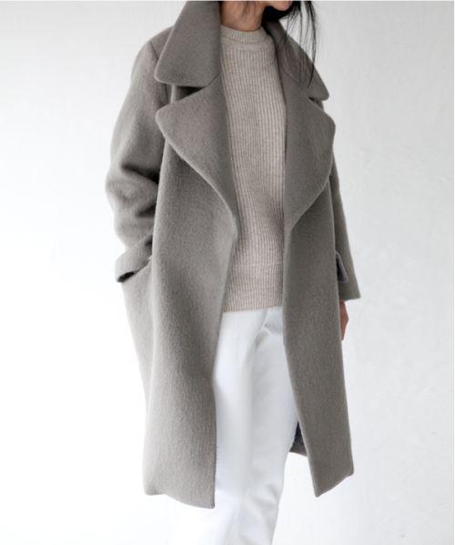 Traje de Fiesta #1: Es un abrigo para la fiesta. El abrigo es gris y largo. El abrigo está de moda, pero no me gusta porque es demasiado caliente en primavera y verano.: