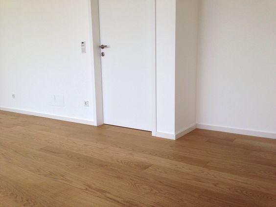 Küche weiß hochglanz, Eichenboden, Elemente aus Altholz - stein arbeitsplatte küche