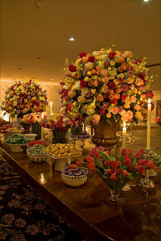 Estou amando decorações de casamento com flores coloridas! Combina tanto com o verão não é mesmo?! Essa decoração que eu trouxe para vocês hoje foi feita p