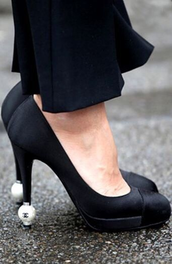 Shoes Chaussures, Chanel Accessoires, Chaussures Perles, Chaussures De Perles, Coco Chanel, Chanel Pearl, Chanel Luv, Chaussures Chics, Chaussures De Luv