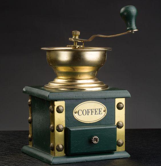 标题:老式手摇咖啡机     作者:佚名     材质:木头 金属     尺寸:高21cm 宽9.5cm深21cm     年代:20世纪中期  手摇磨咖啡研磨机,咖啡机身是木头制成,抽屉可拉开取咖啡末,外观精致。欧洲早期一种用人工操作磨粉,压粉,装粉,人工消除残渣最简易的器械。观赏性趣味性实用性并存。有使用痕迹,品相佳,保存完好