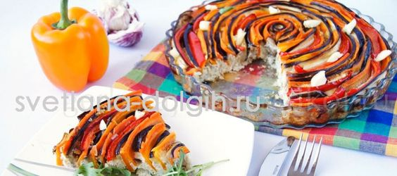 С этой овощной запеканкой придется немного повозиться, но готовое блюдо просто восхитительно и на вид и на вкус.   Сочетание курицы и овощей идеально подходят для худеющих на правильном сбалансированном питании. Для приготовления нам понадобятся следующие ингредиенты:   Куриное филе Лук, морковь, баклажаны, сладкий перец Яйцо, молоко Моцарелла, чеснок и зелень Как выложить такую красивую запеканку, смотрите в пошаговом рецепте на сайте. Худейте со вкусом и ни в чем себе не отказывайте.