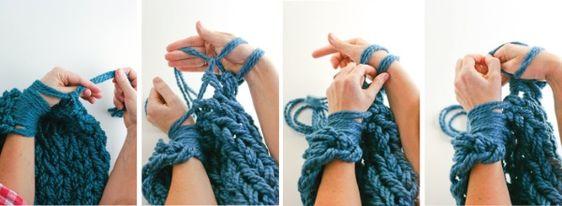 O que é Arm Knitting? Você já ouviu falar que é possível tricotar sem agulhas? As agulhas clássicas são substituídas por mãos e braços, tudo acontece com movimentos regulares. Depois de aprender o básico desta técnica, você poderá criar rapidamente lenços, chapéus e blusas sem agulhas.