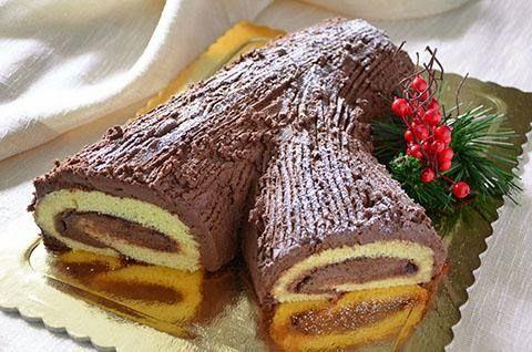 La ricetta del Tronchetto di Natale o Buche de Noel nasce in Francia e deve il suo nome al fatto che questo dolce ricordi nella forma un ceppo di legno, elemento simbolico del Natale in molti paesi nord europei. Il Tronchetto di Natale può essere farcito in vari modi ma nella maggior parte dei casi viene rivestito da una ganache al cioccolato. Io ho utilizzato la ganache al cioccolato anche come farcia interna. Il Tronchetto di Natale è perfetto per la cena della Vigilia o il pranzo del 25.