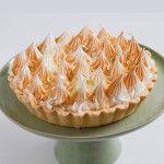 A Torta de Limão é feita com: Massa sucreé, recheada de puro leite condensado de limão e cobertura de merengue gratinado.