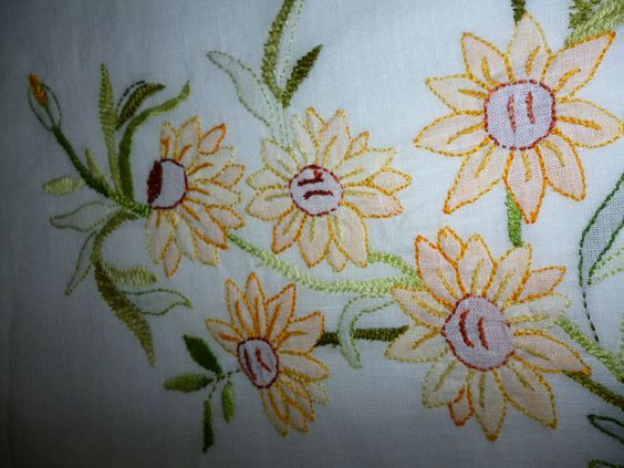camino de mesa bordado pto.sombra, puntilla en crochet.