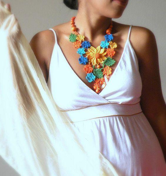 Collar de flores DAINTYCROCHETBYALY, via Flickr