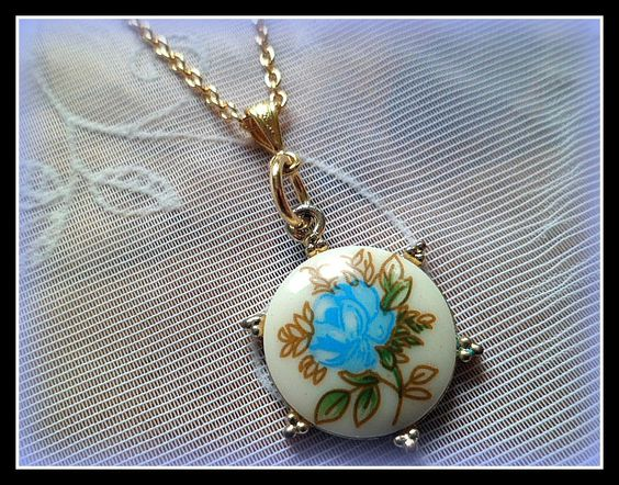 Pretty blue flower round cabochon pendant on a gold plated 18'' long necklace chain. Please note the pendant is recycled jewellery and has some marks and tarnishings on the back and around the frame slightly but I don't think it detracts from the beautiful pendant. Approx 1'' in diameter. We post to UK and Ireland for FREE.We also ship overseas. Please see postage terms and conditions for overseas postal information and prices. Thank you.