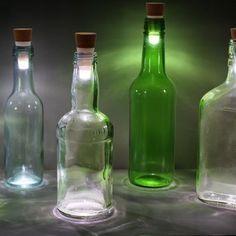 Flaschenlicht Skylight-Bottle Ab sofort bitte keine leeren Flaschen mehr wegwerfen! Denn die werden dank einer genialen Idee von in Nullkommanichts in super romantisch leuchtende Lampen verwandelt. Skylight-Bottle heißt das Ergebnis, das uns und vor Allem Ihre Gäste bei der nächsten Party ins Staunen versetzt