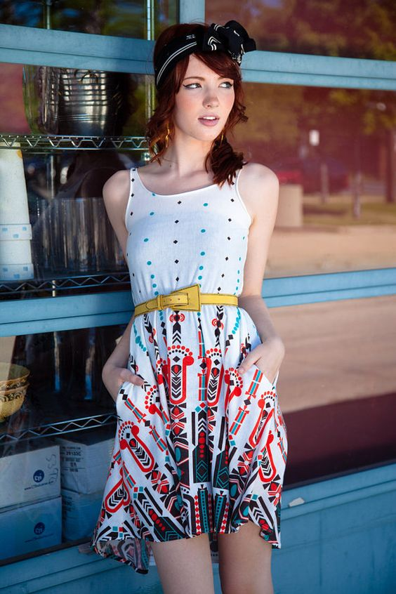 cute dress, love the contrasting belt, love her headband