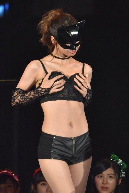 AKBじゃんけん大会で黒いセクシーな衣装を着ている大家志津香の画像