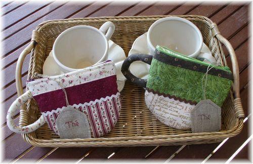 A la demande générale, voici le retour des petites pochettes à thé ! Issues d'un magazine japonais et reprises par Patchwork Pottery , les petites pochettes à thé ont beaucoup de succès. Grandes consommatrices de thé Christine et moi avons toujours quelques...