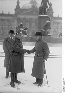 1931 Charles Chaplin waehrend eines Deutschlandbesuchs vor dem Reichstag in Berlin