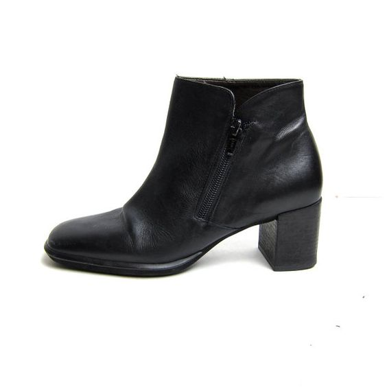 STOREWIDE! 90s black leather ankle boots. zip up chelsea boots