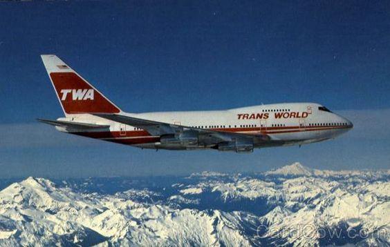 雪山を飛ぶ飛行機