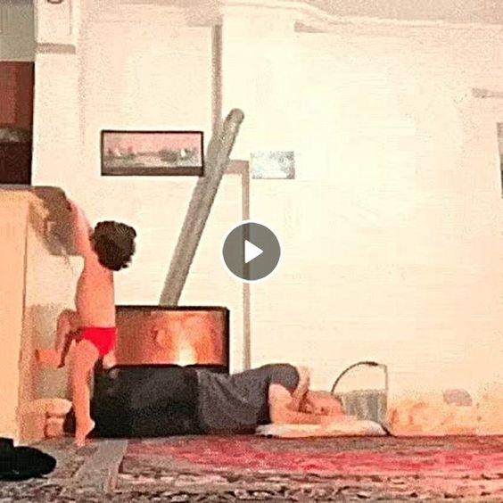criança pulando em cima do seu pai.