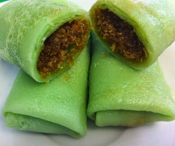 Indonesische Recepten: Dadar Goeloeng: Indonesische groene flensjes met een vulling van kokos en Javaanse suiker