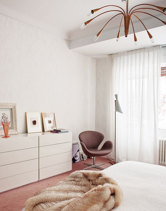 Inside a Groovy Pad Fit for a Queen// modern floor lamp