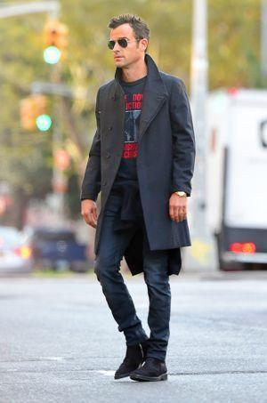 Les boots, le jean et le manteau de Justin Theroux contribuent grandement à son allure élégante sans effort.