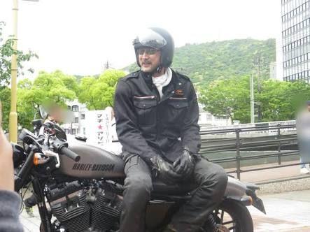 バイクに座る大塚明夫
