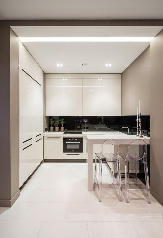 kleine küche weiß hochglanz essbereich akryl stühle grifflose ...