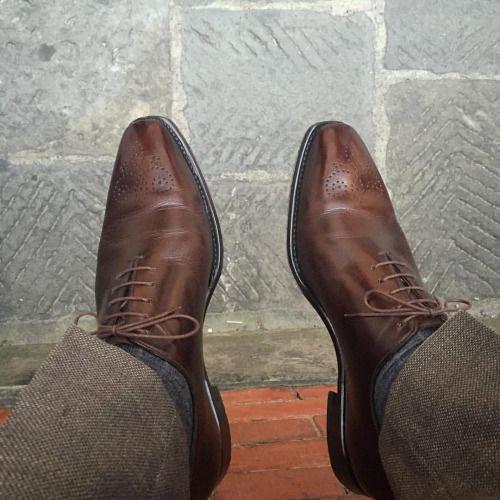 "shoegazingblog: "" #shoegazingfriday Brown oxfords. Habits. #italigente #Venezia #caffe 29last #nofilter #mensshoes #classicshoes #menswear #shoegazingblog """