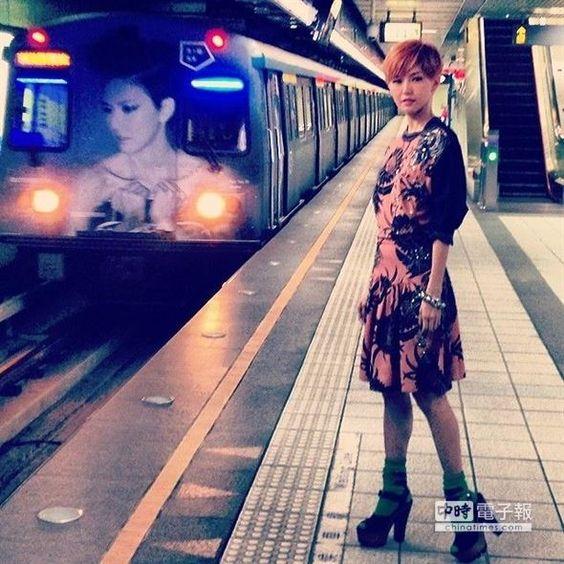 孫燕姿和她專屬的捷運列車合影。(環球提供)