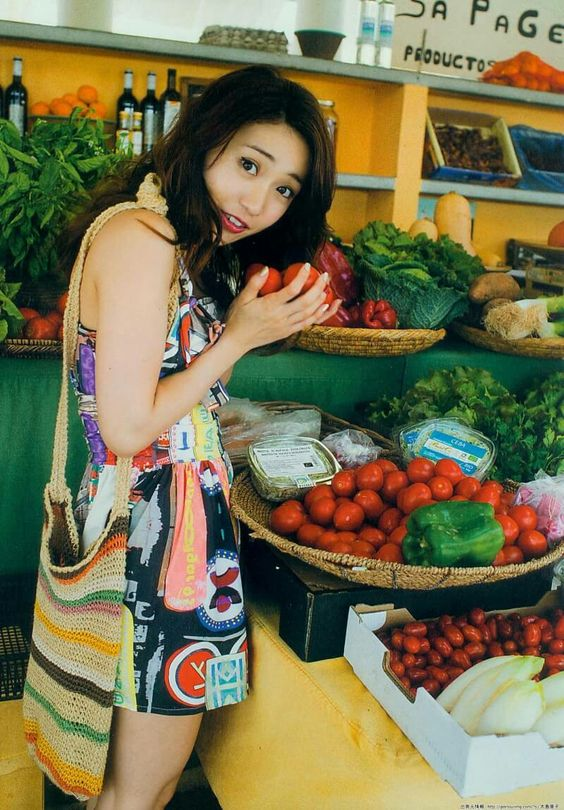 トマトを持っている大島優子