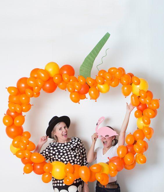 DIY pumpkin balloon backdrop - perfect for a Halloween party!