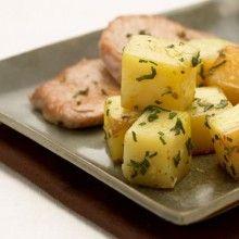 Varkensmignonetten met aardappelen. Schil de aardappelen en snijd ze in blokjes van 2 cm. Verwarm de oven voor op 220°C.Vermeng look, salie, zout en peper in een kleine kom. Houd 1 eetlepel look apart.Wrijf het vlees in met het kruidenmengsel. Meng de aardappelen met olijfolie en de resterende look.Plaats de aardappelblokjes en het vlees in een braadslee in …