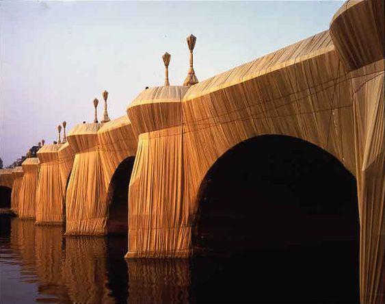 CHRISTO » Le Pont Neuf à Paris emballé . 1985
